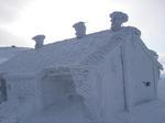 凍りつく頂上小屋