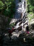 切り立った崖から落ちる滝