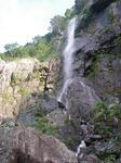 朝日を受ける八町滝